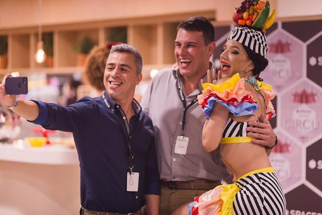 Atração Carmen Miranda interafindo e tirando uma foto com convidados do evento da empresa Regus que inaufurou escritorio de coworking no Rio de Janeiro.