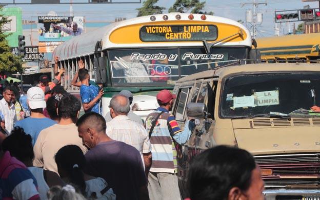 Sueldo mínimo ya no alcanza para comprar los pasajes del autobús