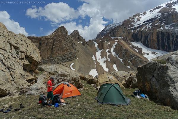 Наш лагерь на фоне перевала Бакинского Турклуба