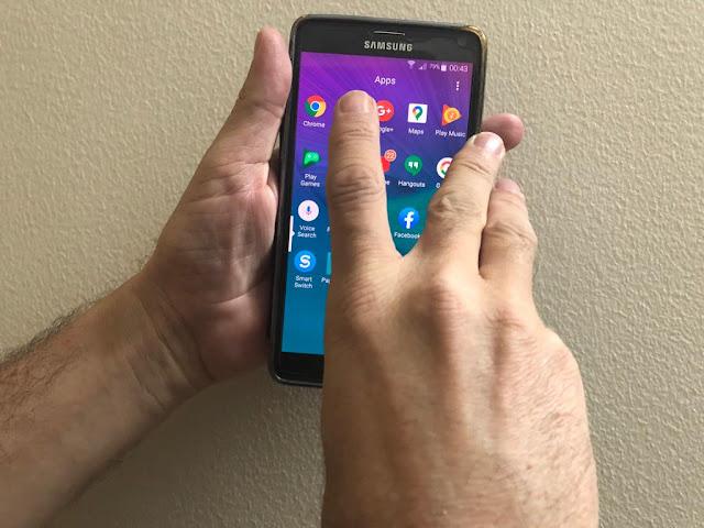 استخدام اليدين في الهواتف الكبيرة