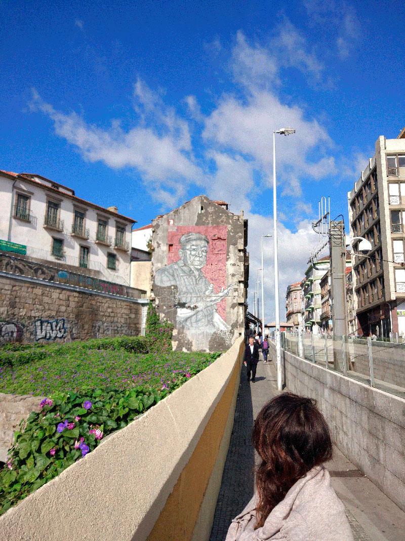 Chica_mirando_graffiti_callejero_oporto