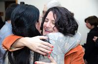 La novia saluda a una amiga luego de casarse por civil en Rosario. Foto de Cristian Moriñigo, de Positive