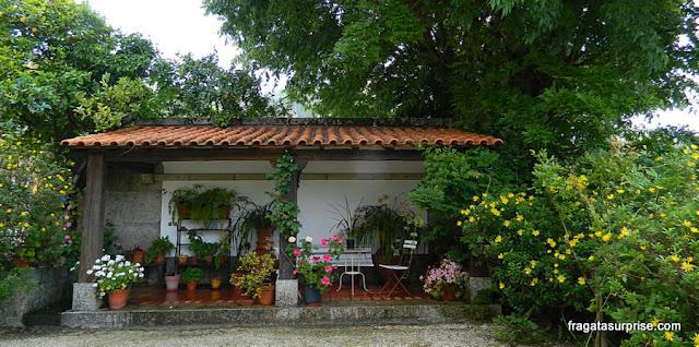 Gazebo no jardim da hospedaria rural Casa São Faustino de Fridão, em Amarante