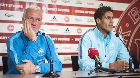 Varane và huấn luận viên của mình tại một buổi phỏng vấn