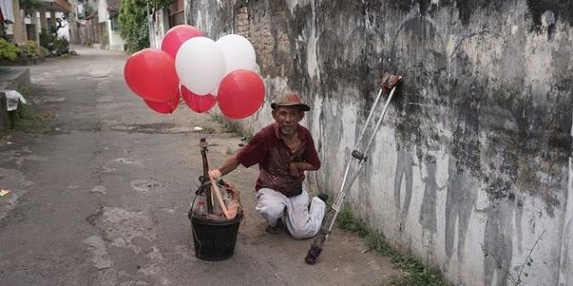 Bahagia Makan Bareng Anak Jalanan, Ini Kisah Mbah Gayeng si Penjual Balon