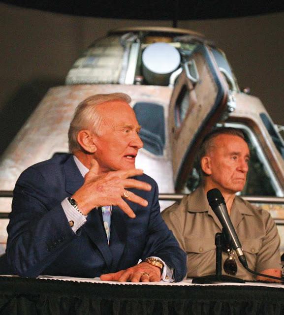 Buzz Aldrin, esquerda, e Walt Cunningham,  astronautas das missões Apollo 11 e 7, em Cape Canaveral,  Florida, desaprovam facciocismo alarmista na NASA
