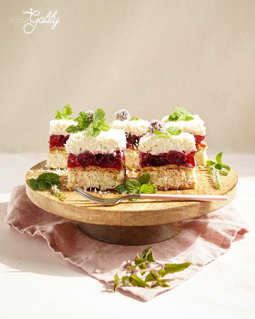 jasne-ciasto-na-drewnianej-paterze