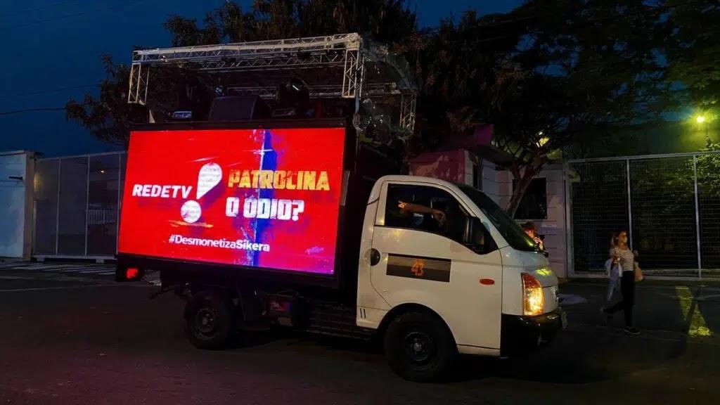 Protestos contra Sikêra Jr. cobra empresas por ainda patrocinarem seu programa