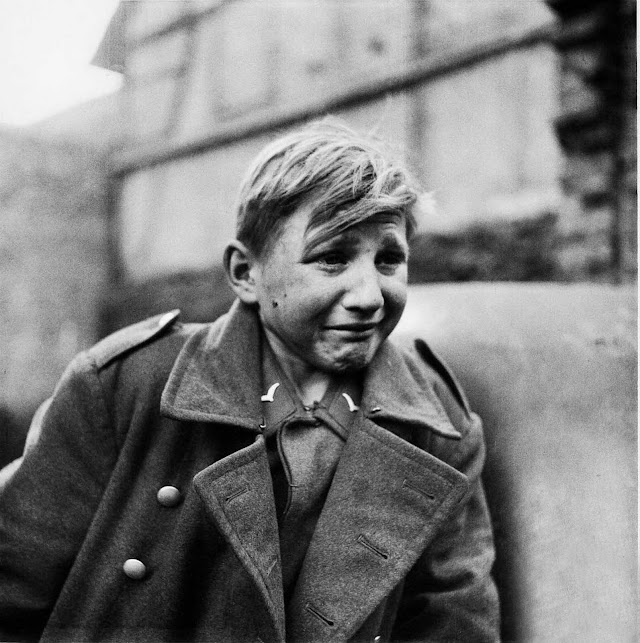 Pic of the day : A sixteen-year old German soldier, Hans-Georg Henke, cries being captured by the US 9th Army in Germany on April 3, 1945