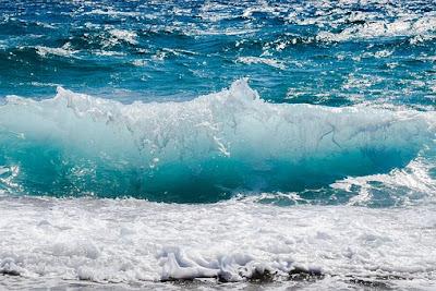 Apa Yang Menyebabkan Air Laut Berubah Menjadi Dua Warna?