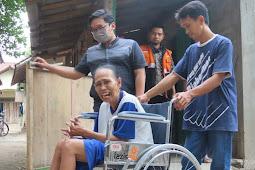 Tersenyum, Bu Tumini Terima Bantuan Kursi Roda Dari Lazismu Kota Magelang