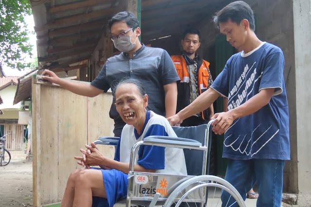 Senyum Bu Tumini Ketika Menerima Kursi Roda dari Lazismu Kota Magelang