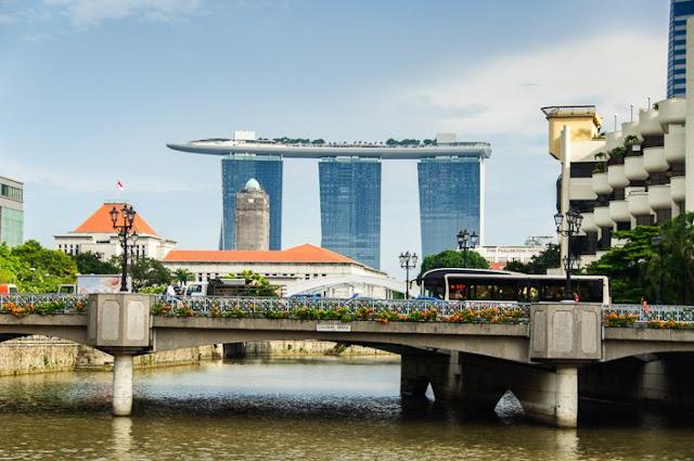 Ghé thăm Marina Bay Sands Hotel, con tàu bị mắc kẹt trên đỉnh tòa nhà