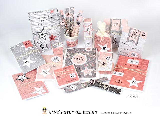 Dekorativ aufgebauter Adventkalender mit vielen kleinen Geschenken für die Weihnachtsdekoration Zuhause