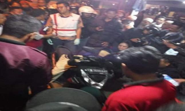 "Indikatormalang.com - Warga Jalan Bandulan Malang, Sabtu (2/6/28) pukul 23.00  malam mendadak geger. Pasalnya, seorang laki-laki ditemukan sudah meninggal dunia di atas motornya dengan posisi kepala masih mengenakan helm dan bersandar di atas stir motor.  Berdasarkan identitas yang ditemukan pada tubuh korban. Korban diketahui bernama Wuryadi (61) warga Jalan Raya Tlogomas 42 RT04 RW07, Kota Malang.   Kronologi penemuan bermula dari kecurigaan beberapa warga yang tinggal di sekitar lokasi kejadian, yakni dekat pertigaan Jalan Bandulan. Warga curiga dengan laki-laki yang terlihat tertidur di atas stir motornya yang berwarna hitam dengan posisi tidur yang tidak wajar.  ""Kami curiga, karena posisi tudurnya yang tidak bergerak sama sekali,"" ungkap Arman (41) warga sekitar.  Untuk membuktikan kecurigaan beberapa warga mendekati lelaki tersebut untuk membangunkannya. Ternyata, tubuhnya tidak bergerak sama sekali.  Mengetahui hal tersebut, warga kemudian melapor ke Mapolsekta Sukun. Beberapa saat kemudian, Polisi dan anggota SAR Malang yang tiba di lokasi kemudian melakukan pengecekan. Hasilnya diketahui bila korban sudah meninggal dunia. Jenazahnya lalu dibawa ke kamar mayat dengan menggunakan mobil ambulans PMI Kota Malang."