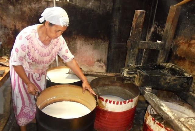 Perajin Minyak Kelapa Kebumen Masih Bertahan Produksi