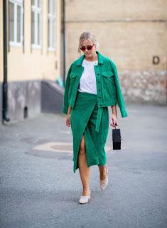 Imágenes Tendencias Moda Mujer Instagram Primavera Verano Total look verde falda campera jean
