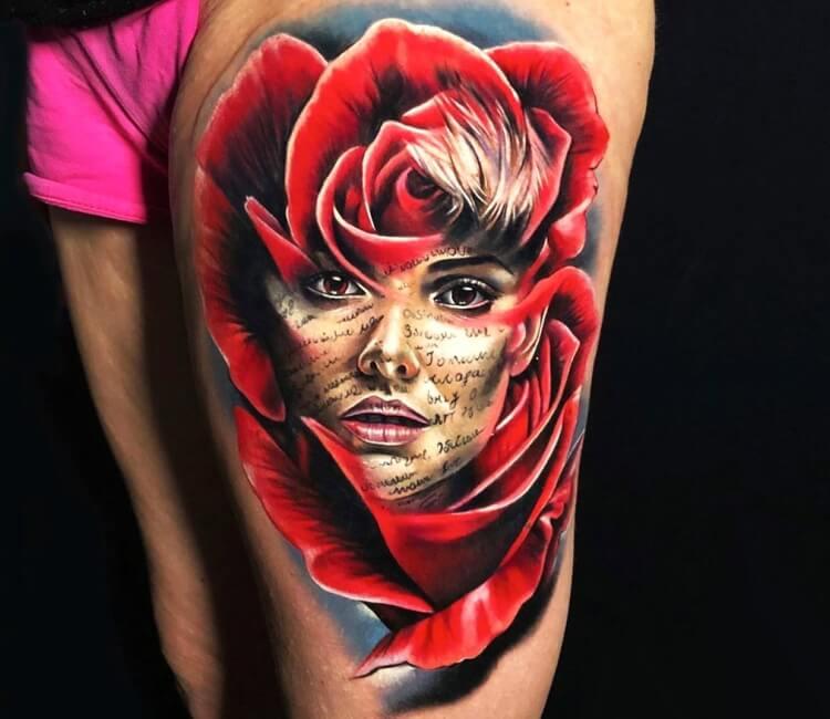 Tatuaje de un rostro en una rosa