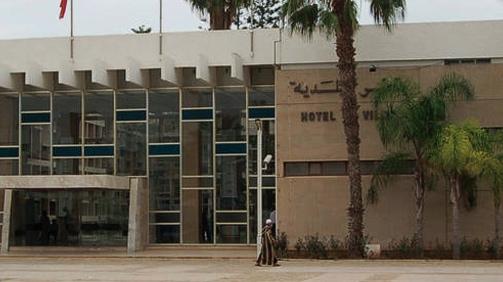 الجهوية 24 - تماس كهربائي يهدد المارة قبالة المحكمة الإدارية.. وبلدية أكادير تمتنع عن التدخل
