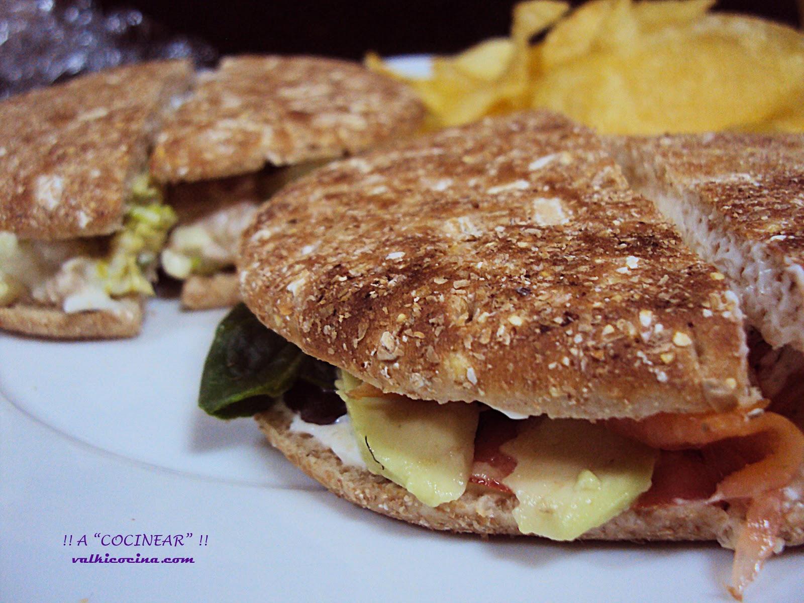 Sándwich de salmón con aguacate y crema de queso