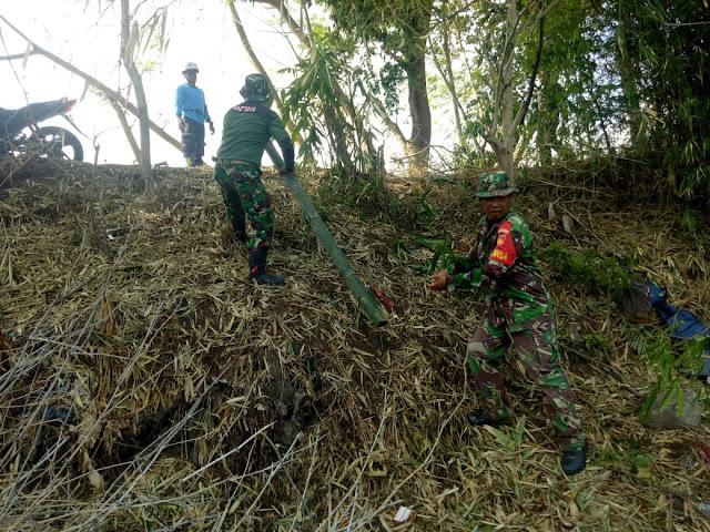 Kebersamaan Koramil, Warga Dan Relawan Dalam Evakuasi Pohon Bambu Roboh