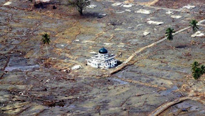 masjid baiturrahman dan korban tsunami aceh 2004