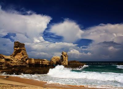 Pantai Klayar dengan formasi batu karang yang mirip Sphinx.