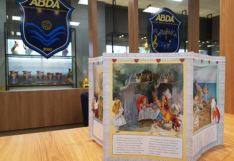 """A história Alice no País das Maravilhas vem contada em um livro diferente que aberto """"salta aos olhos"""""""