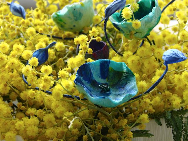 vasi di carta crespa con mimosa, design ecologico
