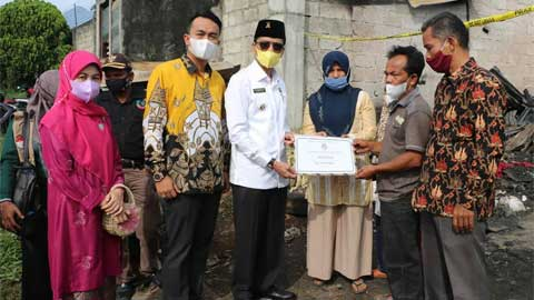 Bupati Safaruddin Serahkan Bantuan kepada Korban Kebakaran Andaleh