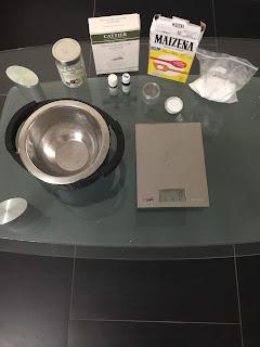 Ingrédients et ustensiles pour la fabrication maison du déodorant coco bicarbonate argile blanche et fécule de maïs