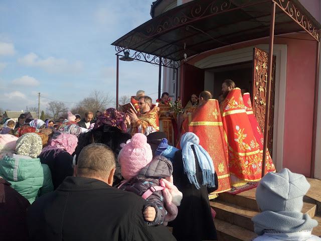 Отець благочинний прот Олександр Кондратюк читає Євангеліє