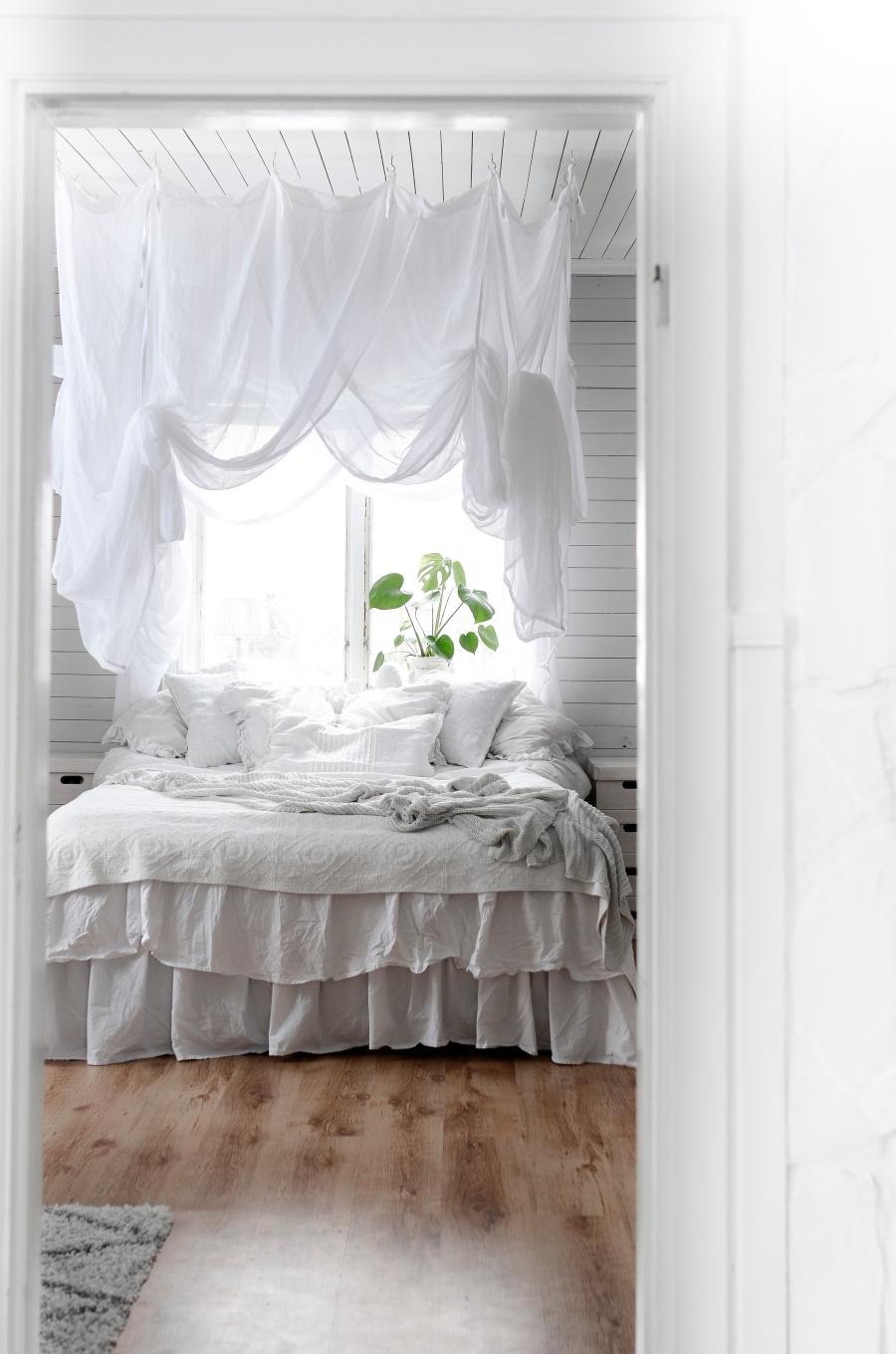 sovrum, renovering, sänghimmel, ellos, boho interior, monstera sovrummet, bedroom, kalklitir, san saccaria