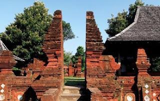 Pembahasan mengenai Sejarah Kerajaan Cirebon mudah dijumpai di buku buku Sejarah Kerajaan Cirebon Sebagai Kerajaan Islam Terkenal di Jawa Barat