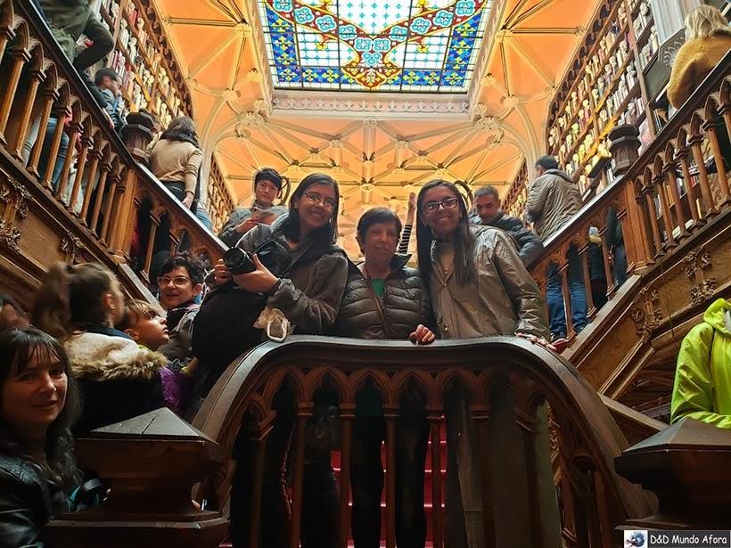 Tentando uma foto na Livraria Lello - O que fazer no Porto, Portugal