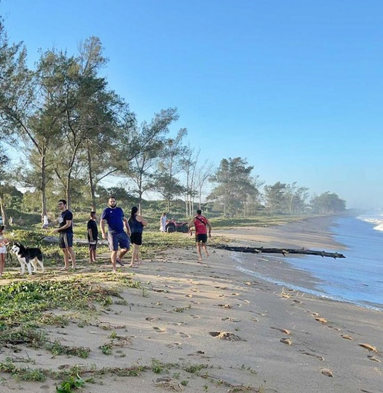 Bombeiros buscam por menina de 5 anos arrastada por ondas em praia de Rio das Ostras
