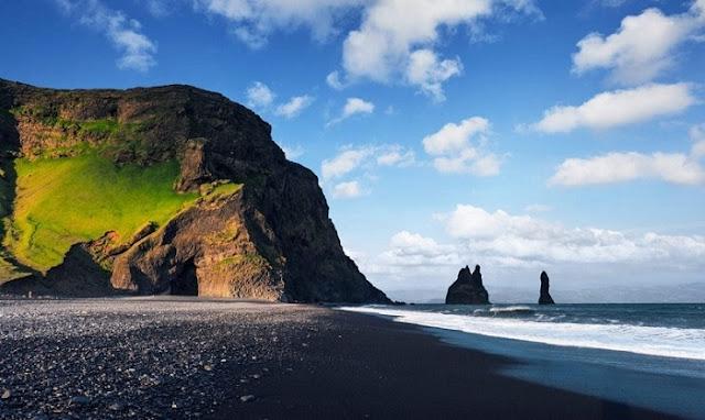 pantai berpasir hitam