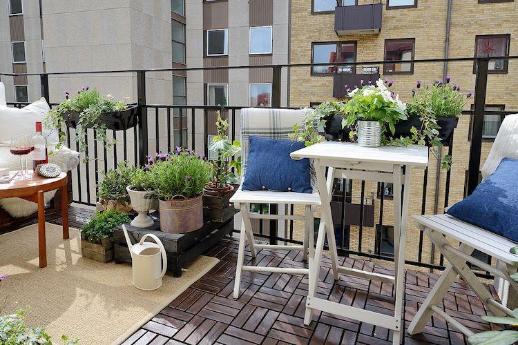 balcón con plantas comestibles- cajas de madera- tiestos de diferentes tamaños