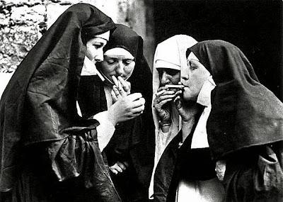 Nonnen beim rauchen lustig - Der Herr qualmt mit
