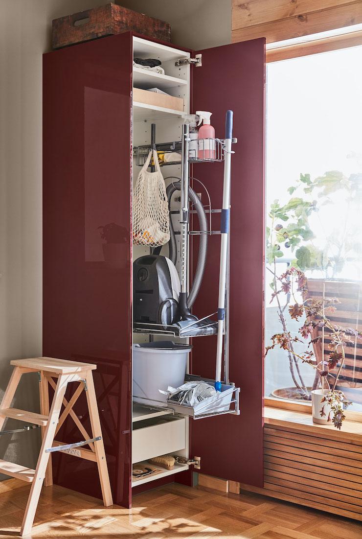 Cocina de IKEA con almacenaje efecto alto brillo granate.