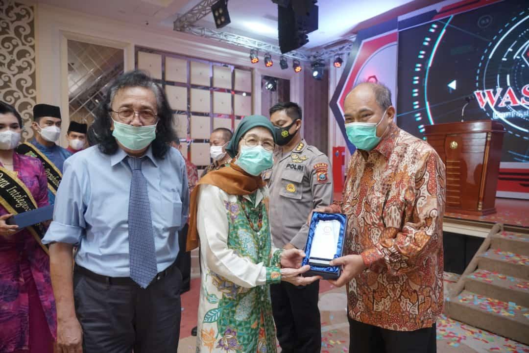 Walikota Tebing Tinggi Terima Anugerah Tokoh Waspada Peduli Indonesia Sehat 2020