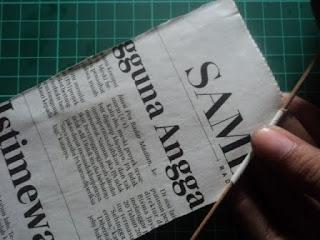 cara menggulung kertas koran