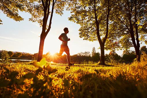 Lari Sore Hari atau Pagi Hari Mana Yang Lebih Baik? dan Manfaat Lari di Sore hari