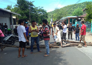 Tuntut Pelaku Pengejaran dengan Sajam Diproses, Warga Jatibaru Timur Blokir Jalan