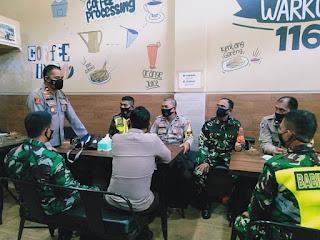 Ngopi Bareng, Polsek Ujung Tanah Bersama TNI Wujudkan Kamtibmas yang Aman Kondusif