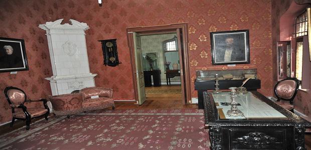 Biroul de lucru al lui Hașdeu stil Rococo din lemn de nuc.