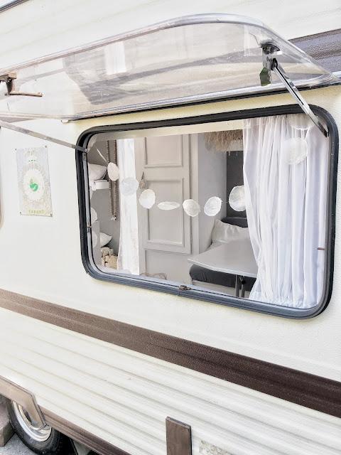 Van retro caravan naar een boho chique vakantie plekje á la zwart wit en hout!