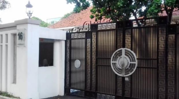Rumah pasangan Fahmi Darmawansyah dan artis Inneke Koesherawati di Jalan Imam Bonjol nomor 16, Menteng, Jakarta Pusat, tampak sepi pada Jumat (16/12/2016) petang. Rumah tersebut berubah fungsi menjadi PT Melati Technofo Indonesia dan Fahmi Darmawangsa menjadi Direktur Utama perusahaan tersebut.
