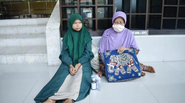 Tak Mampu Bayar Kos, Janda dan 1 Anaknya Tidur di Masjid