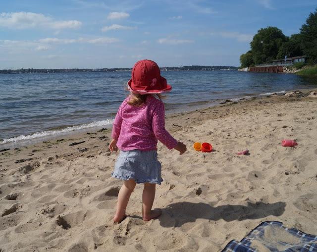 Wir haben einen neuen Lieblingsstrand in der Nähe von Kiel! Der Hasselfelder Strand ist relativ klein, liegt ein bischen versteckt und unsere Kinder lieben ihn. Was den Strand von Hasselfelde an der Kieler Förde so attraktiv und kinderfreundlich macht und wie Ihr ihn findet, verrate ich Euch in meinem Blogpost auf Küstenkidsunterwegs.